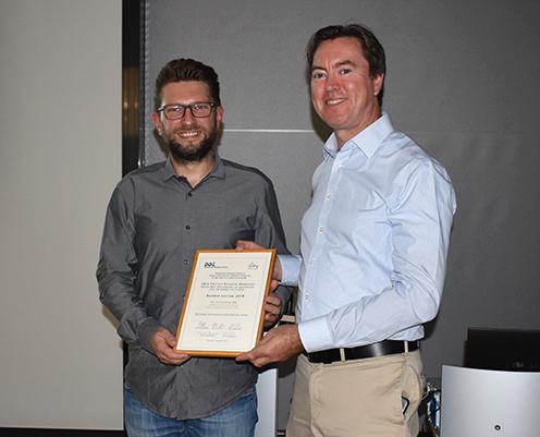 Dr. Stefan Lehr, Organisator des Workshops (rechts) dankte Dr. Alessandro Ori vom Leibniz-Institut für Alternsforschung