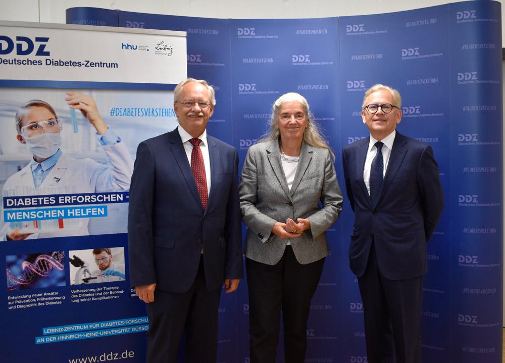 Ministerin Pfeiffer-Poensgen trifft Experten am Deutschen Diabetes-Zentrum. Auf dem Bild ist sie gemeinsam mit dem DDZ-Vorstand, Prof. Michael Roden und Andreas Fidelak zu sehen