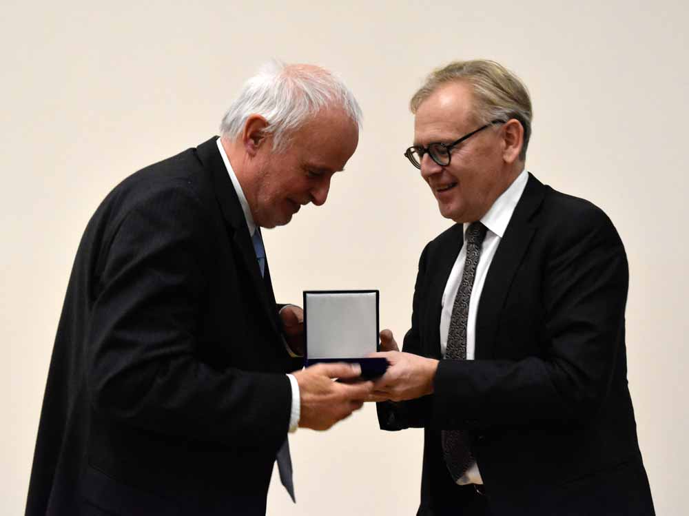 Prof. Dr. Guido Giani wurde von Prof. Dr. Roden, Wissenschaftlicher Direktor und Vorstand des DDZ ausgezeichnet.