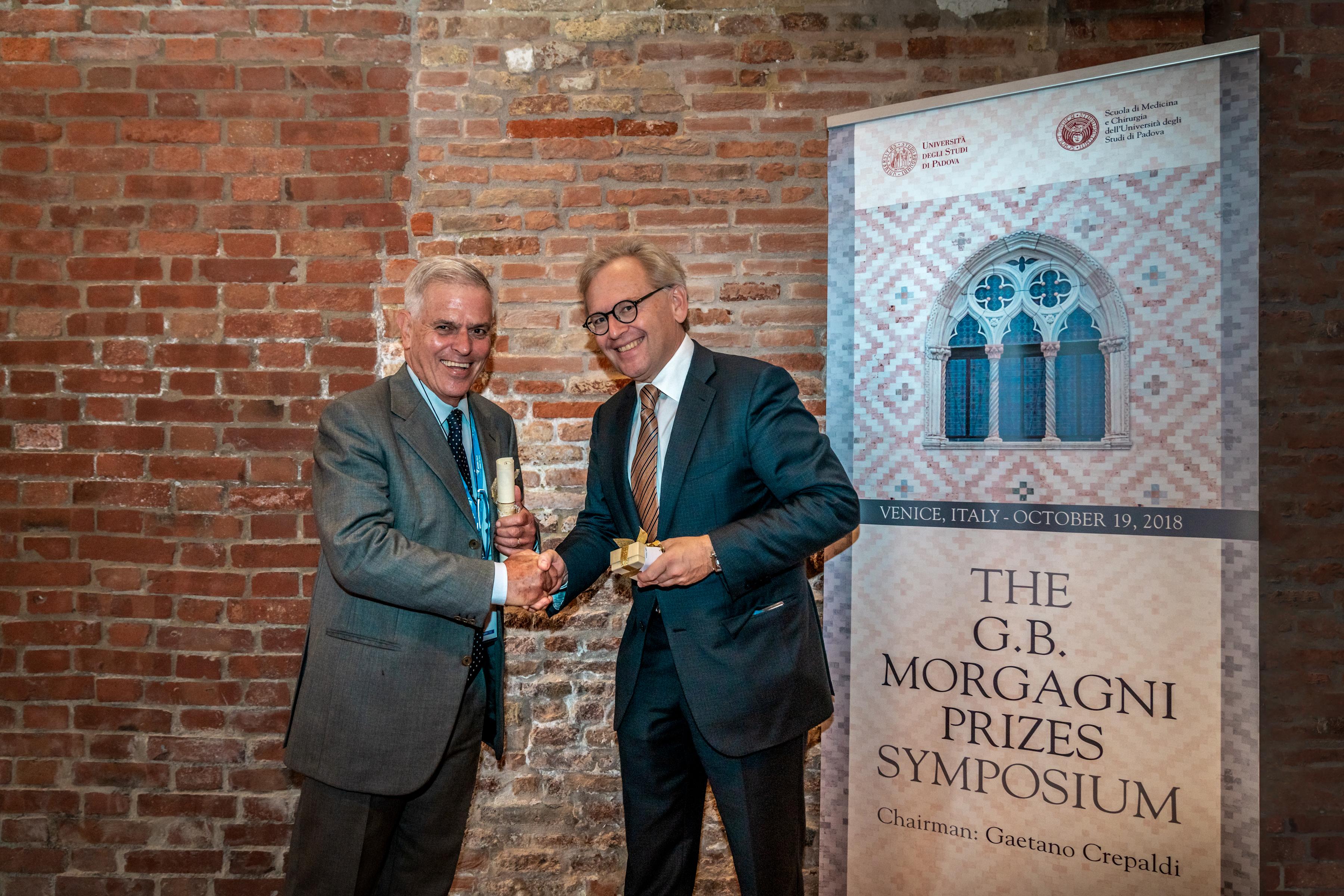 Prof. Roden bekam die Morgagni Goldmedaille 2018 von Prof. Antonio Tiengo verliehen