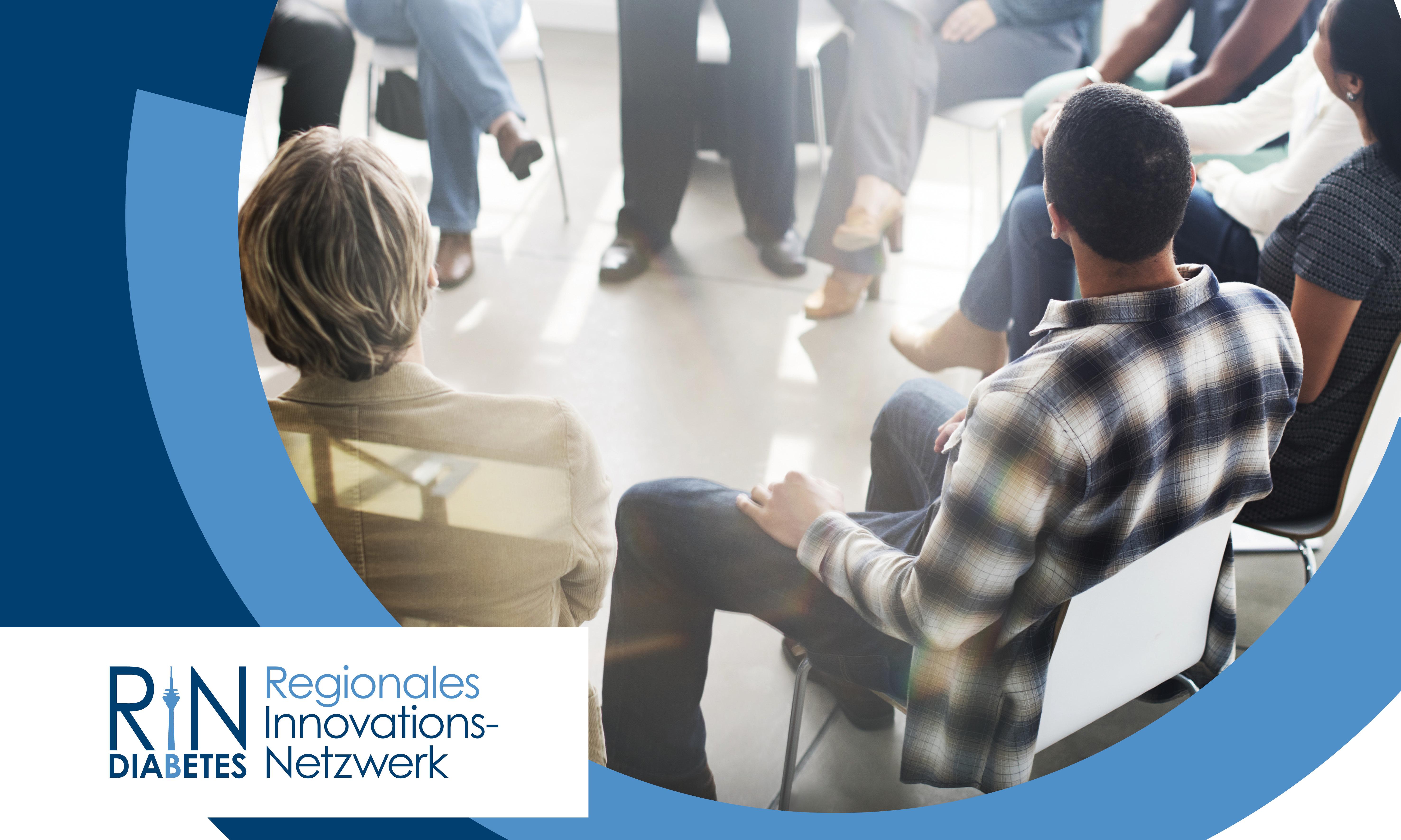 Mehrere Menschen sitzen in einem Stuhlkreis zusammen und hören einer stehenden Person zu. In der unteren linken Ecke des Bildes ist das Logo des Regionalen Innovations-Netzwerk (RIN) Diabetes platziert