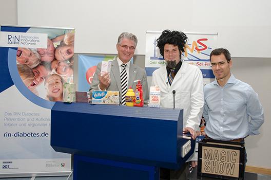 Gesundheitsdezernent der Landeshauptstadt Düsseldorf, Prof. Andreas Meyer-Falcke, zusammen mit Prof. Blitz und Prof. Karsten Müssig, dem Leiter der SMS-Initiative, bei der Zaubershow