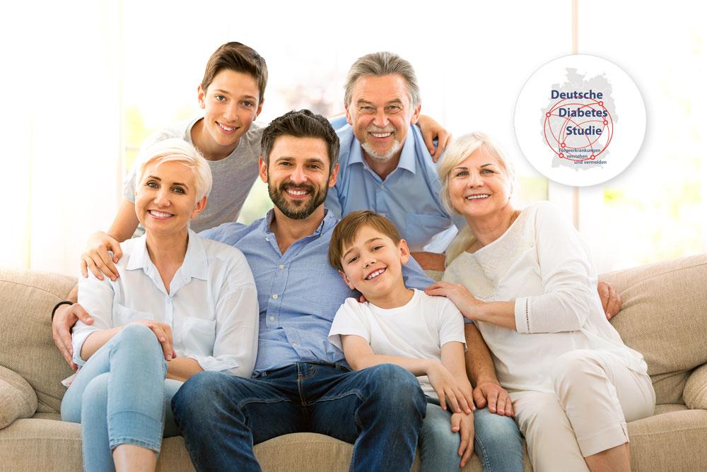 Eine lachende Familie mit zwei Kindern und den Großeltern sitzt zusammen auf einer Couch. Oben rechts ist das Logo der Deutschen Diabetes-Studie abgebildet