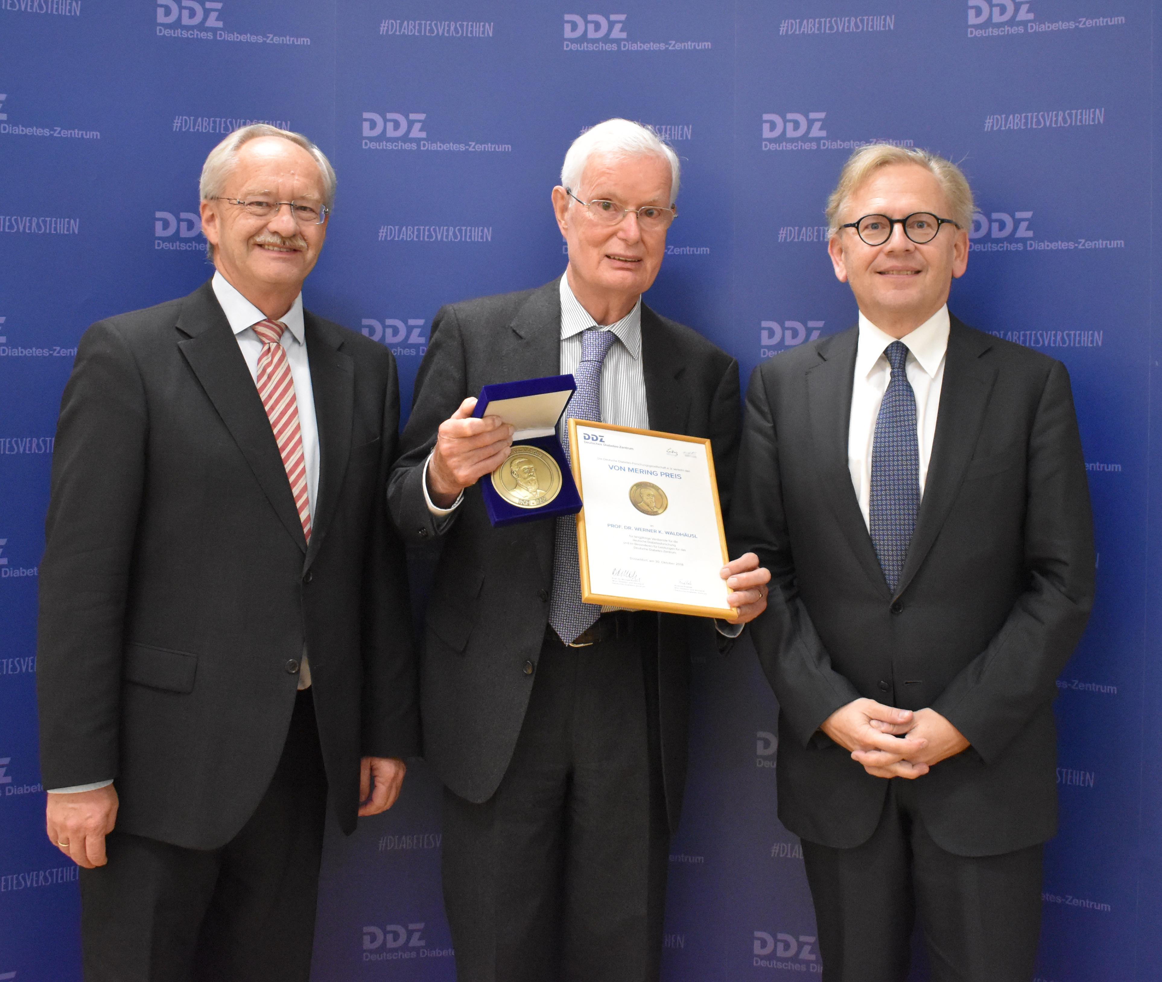 Prof. Dr. Werner Waldhäusl mit der Von Mering Goldmedaille 2018, zusammen mit Prof. Dr. Roden, Wissenschaftlicher Direktor und Vorstand des DDZ, und Andreas Fidelak, Kaufmännischer Direktor und Vorstand des DDZ