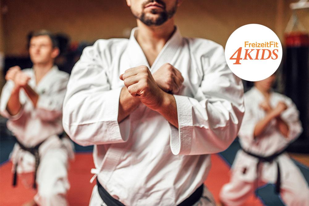 Drei Männer beim Taekwondo-Training. In der oberen rechten Ecke des Bildes ist das Logo von FreizeitFit4Kids, ein Projekt des Regionalen Innovations-Netzwerk (RIN) Diabetes, platziert